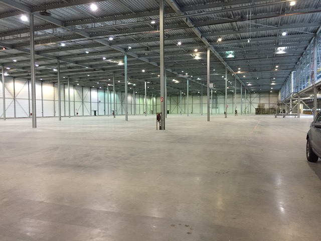 Reinigen vloer fabriekshallen